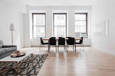 stolar i vardagsrum med fint parkettgolv